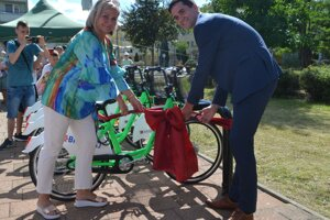 Oficiálne sprevádzkovanie bikesharingu v Lučenci. Na foto primátorka Lučenca a poslankyňa NR SR Alexandra Pivková s vicežupanom Ondrejom Lunterom.