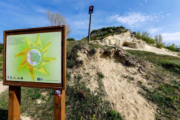Významná paleontologická lokalita Sandberg, ktorá je súčasťou Národnej prírodnej rezervácie Devínska Kobyla. V Bratislave 8. apríla 2019.