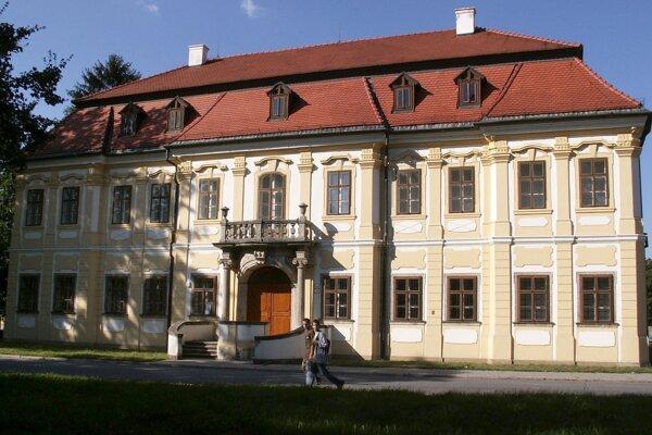 Na snímke zo 6.septembra 2006  neskorobarokový kaštieľ v Senici, k torom sídli  Záhorská galéria.