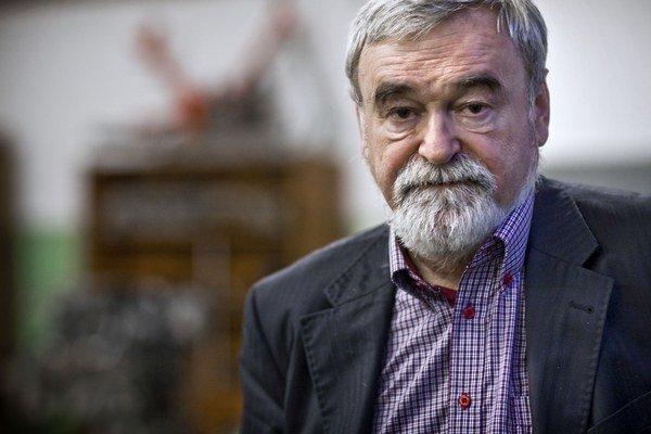 Ján Lešinský (1945) pôsobí na Strojníckej fakulte bratislavskej Slovenskej technickej univerzity, je predsedom Spolku automobilových inžinierov a technikov a členom viac než desiatky ďalších organizácií zaoberajúcich sa automobilovým priemyslom. M