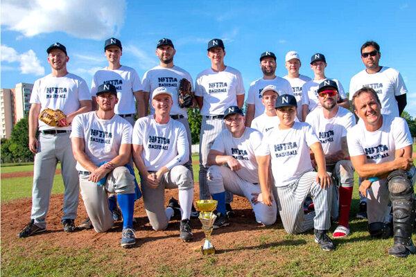 Bejzbalový tím Atoms Nitra po triumfe na turnaji v Topoľčanoch.
