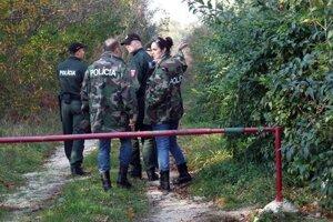 Polícia prehľadala aj okolie domu, v ktorom býval expriateľ Juraj.