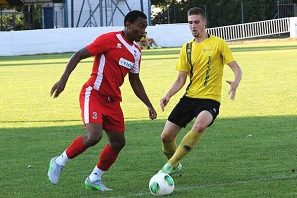 Kamerunčan Tawamba pomohol k víťazstvu favorita dvoma gólmi.
