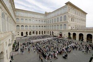Prvé verejné vystúpenie pápeža po pol roku sprevádzali prísne hygienické a bezpečnostné pravidlá.