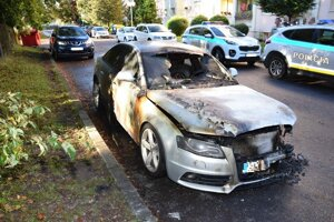 Zhorené auto na zvolenskom sídlisku Podborová.