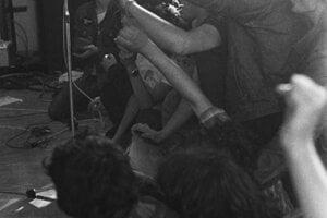 Metalisti na koncerter v Drahovciach pri Piešťanoch v roku 1987.