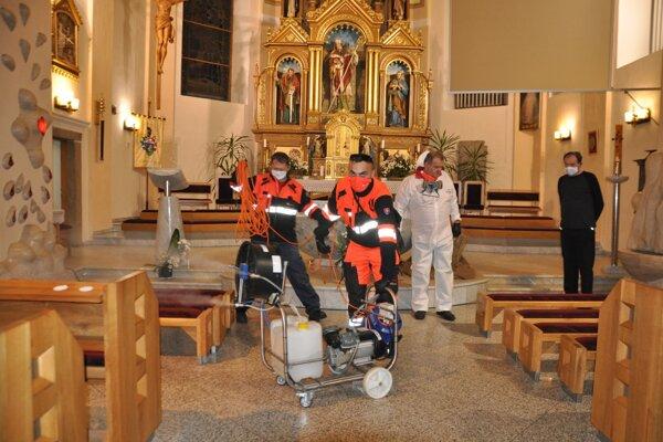 Dobrovoľníci Oravského záchranného systému zadarmo vydezinfikovali v Trstenej kostol sv. Juraja, kostol sv. Martina, faru a kláštor.
