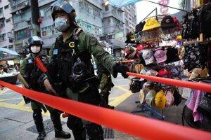 Proti demonštrantom v Hongkongu zasiahla polícia.