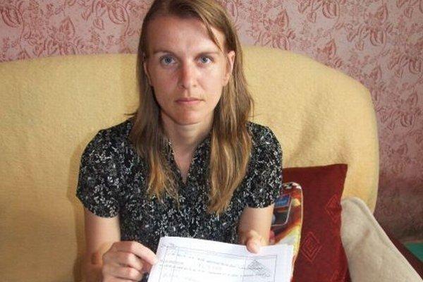 Alena Gogová s potvrdením, podľa ktorého bol jej manžel 7. 12. 2009 o 7.25 hodine, teda niekoľko hodín po vražde v Ríme, u obvodného lekára v Nitre.