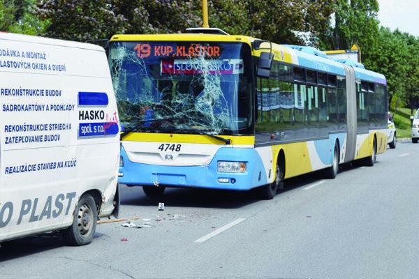 Autobus zozadu narazil do dodávky.