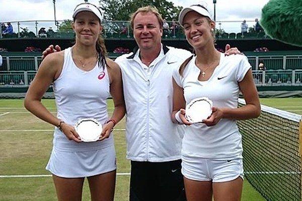 Po finále štvorhry - zľava Vera Lapková, tréner Ján Studenič a Tereza Mihalíková.