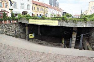 Podzemné múzeum prekrýva na povrchu betónová platňa, ktorá pomaly sadá a potrebuje opraviť.