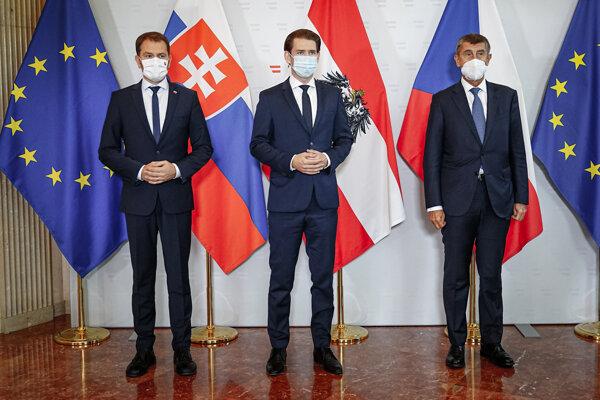 Slovenský premiér Igor Matovič (vľavo), rakúsky kancelár Sebastian Kurz (uprostred) a český premiér Andrej Babiš pred rokovaním šéfov vlád Rakúska, Slovenska a Česka v tzv. Slavkovskom formáte vo Viedni.