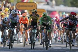 Peter Sagan (vľavo) po prejazde cieľovou čiarou, za ním nahnevaný van Aert.