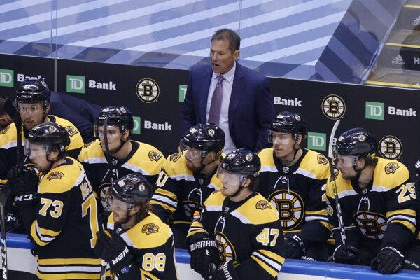 Tréner Bruce Cassidy na lavičke Bostonu Bruins.