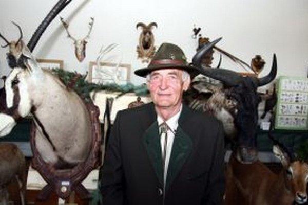 Iniciátor výstavy Július Šiška so svojimi trofejami z africkej Namíbie.