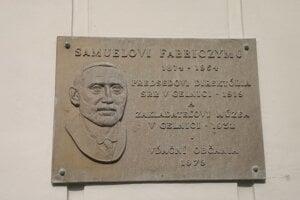 Pamätná tabuľa Samuelovi Fabriczymu, zakladateľovi Banckeho múzea.