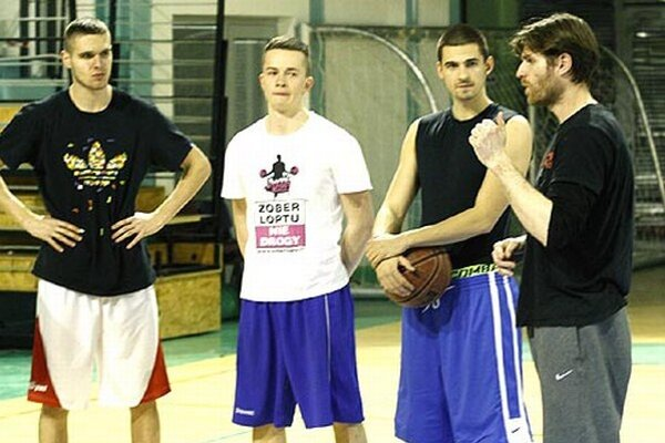 Manažér Peter Seman (vpravo) by mal v novej sezóne pôsobiť aj ako tréner basketbalistov Nitry.