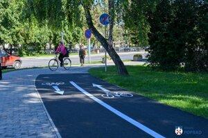 Na chodníku je už aj zvislé a vodorovné dopravné značenie.