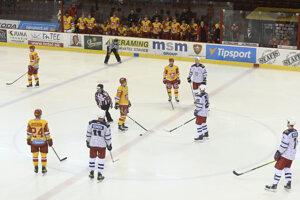 Hráči búchajú hokejkami o ľadovú plochu na znak protestu proti prístupu štátu k slovenskému hokeju.
