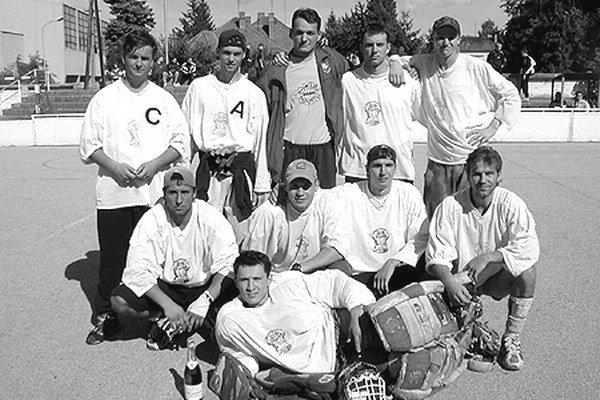 Takto pózovali hráči Corgoň tímu na Stümpel Cupe v roku 2000.