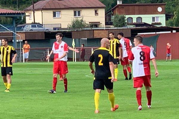 Záber zo zápasu medzi Staškovom (bielo-červení) a Rosinou.