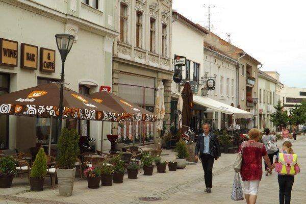 Terasy na Kupeckej ulici, ktorá je súčasťou pešej zóny.