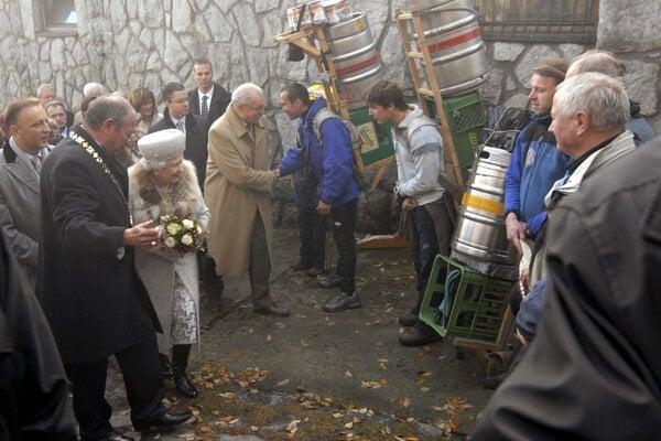 Rok 2008 na Hrebienku. Britská kráľovná Alžbeta II., exprezident Ivan Gašparovič a primátor mesta Vysoké Tatry Ján Mokoš na stretnutí s tatranskými nosičmi. Vpravo Laco Kulanga.