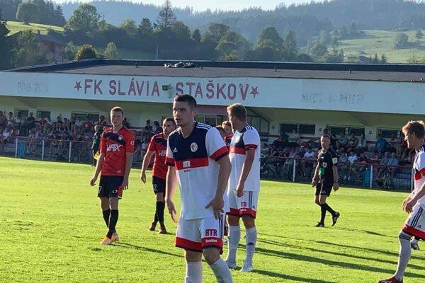 Záber zo zápasu medzi Staškovom (v bielom) a Liptovským Mikulášom.
