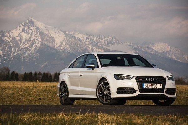 Audi S3 sedan je v skutočnosti silnejšia nálož, než sa na prvý pohľad i pocit z jazdy zdá. Zábavné je vo sférach a  rýchlostiach, kedy vám už nie je všetko jedno.