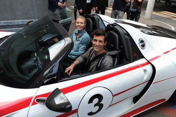 Slávnu tenistku viezol Mark Webber, ktorý dostal nový kontrakt ako továrenský jazdec značky Porsche.