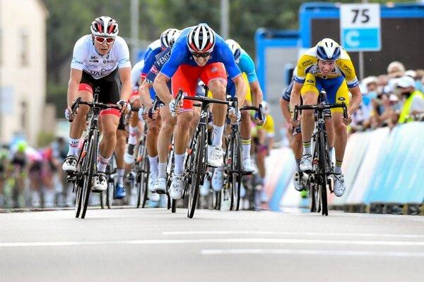Arnaud Démare (v strede) víťazí v druhej etape pretekov Okolo Luxemburska.