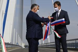 Slovenský premiér Igor Matovič a maďarský premiér Viktor Orbán počas otvorenia nového 600-metrového cezhraničného mosta cez Dunaj.