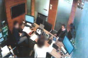 Známa snímka z bezpečnostnej kamery v Tatra banke z 27. februára 2018, deň po zverejnení informácií o vražde novinára Jána Kuciaka. Marian Kočner bol najprv v bezpečnostnej schránke, vzal z nej čosi malé a vzápätí vybral z vlastného účtu 50-tisíc eur.