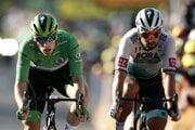 Sam Bennett (vľavo) a Peter Sagan v závere 19. etapy na Tour de France 2020.