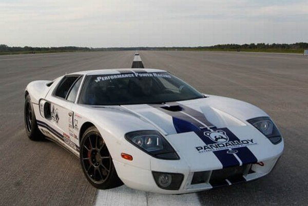 Ford vyrábal športový Ford GT s 5,4 litrovým motorom V8 uprostred, ešte v rokoch 2003 až 2006, ako oslavu 100. výročia automobilky Ford.