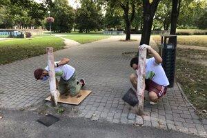 Pred samotným natieraním plota Bioparku Ostredky  bolo potrebné jeho súčasti ošmirgľovať. Niektorých to zrazilo na kolená, napriek tomu prácu dokončili.