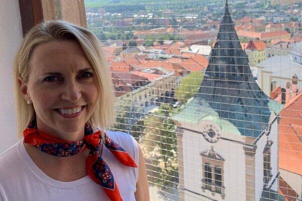 Americká veľvyslankyňa Bridget Brink počas návštevy Levoče v lete 2020.