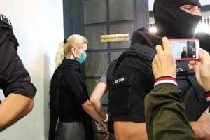 Jankovskú privádzajú do pojednávacej miestnosti na Špecializovanom trestnom súde.