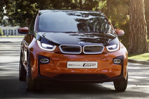 Ani ultramoderné elektrické kupé neponúkne extrémny dojazd, no prezentuje vízie komunikácie vozidla s jeho okolím a vodičom.