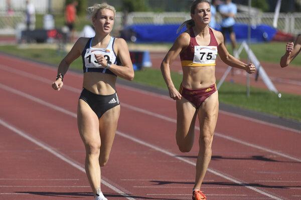 Alexandra Bezeková (vpravo) na 100 m trati počas finále atletickej ligy v Košiciach.