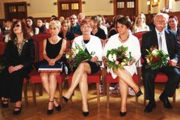 Čerství držitelia ceny – zľava Hilda Augustovičová, Renáta Niczová, Daniela Gundová, Alžbeta Littvová a Mihály Mácz.