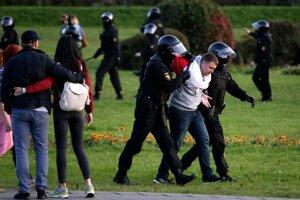 Polícia zatýka demonštranta počas protestu proti inaugurácii Alexandra Lukašenka v Minsku.