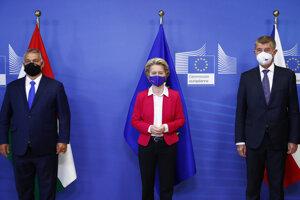 Zľava maďarský premiér Viktor Orbán, predsedníčka Európskej komisie Ursula vo der Leyenová a český premiér Andrej Babiš.