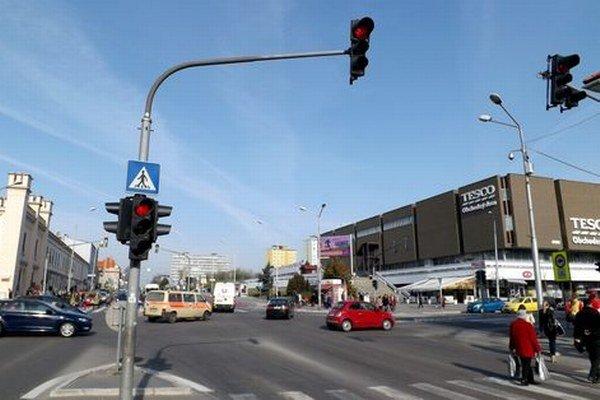 Výstup z kamery nad križovatkou (na stĺpe vpravo) budú sledovať aj štátni policajti.