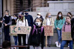 Švédska klimatická aktivistka Greta Thunbergová a ďalší demonštranti pred budovou švédskeho parlamentu v Štokholme.
