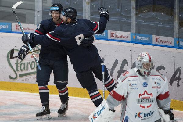 Radosť hráčov HC Slovan Bratislava v dueli proti Bratislava Capitals.
