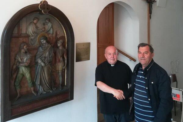 Gabriel Brendza a Jozef Frtús pri odovzdávaní zreštaurovaného diela.