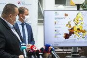 Hlavný hygienik SR Ján Mikas a predseda vlády SR Igor Matovič počas tlačovej konferencie po skončení zasadnutia pandemickej komisie 25. septembra 2020 v Bratislave