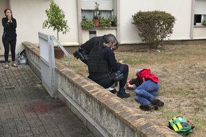 Zranený muž po útoku sekáčikom s policajtmi.